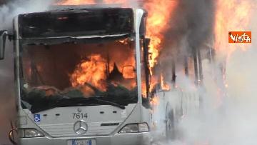 10 - Bus in fiamme in centro a Roma, via del Tritone nel caos