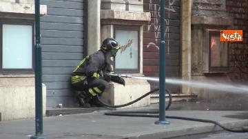 13 - Bus in fiamme in centro a Roma, via del Tritone nel caos