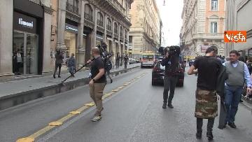 4 - Bus in fiamme in centro a Roma, via del Tritone nel caos
