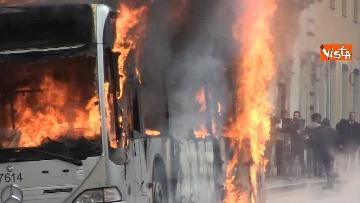 15 - Bus in fiamme in centro a Roma, via del Tritone nel caos