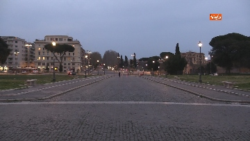 8 - Piazza San Giovanni in Laterano deserta. Nessun turista e la Basilica è spettrale