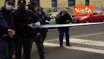 2 - Bottiglia di vetro lanciata contro la finestra di Silvia Romano, Polizia sul posto