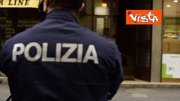 7 - Bottiglia di vetro lanciata contro la finestra di Silvia Romano, Polizia sul posto