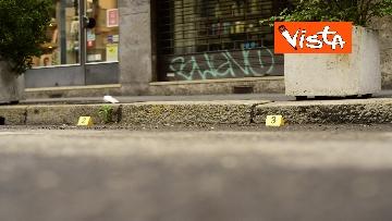 8 - Bottiglia di vetro lanciata contro la finestra di Silvia Romano, Polizia sul posto