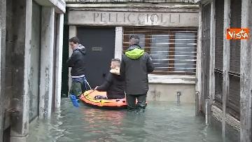 9 - Venezia sotto l'acqua, ecco come continua la vita quotidiana