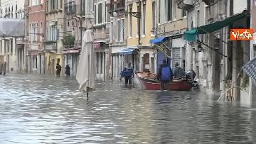2 - Venezia sotto l'acqua, ecco come continua la vita quotidiana