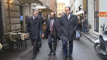 1 - Consultazioni, delegazione del PD passeggia tra i turisti per arrivare al Quirinale