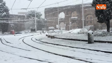 16 - La neve ricopre le strade di Roma