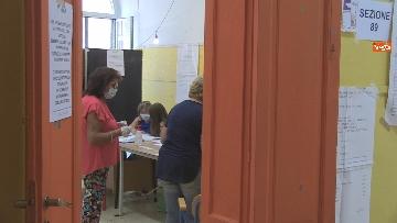9 - Regionali Puglia, i baresi al voto tra mascherine e misure anti Covid. Le foto