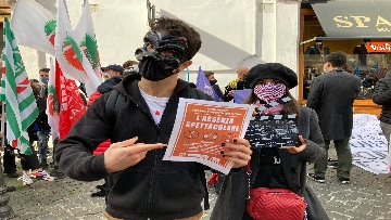 1 - Dal cinema al teatro. Lavoratori in protesta a Montecitorio. Le foto del sit-in