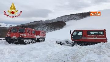8 - Neve a Castelluccio di Norcia, cingolati dei Vigili del Fuoco soccorrono mandria di 51 cavalli
