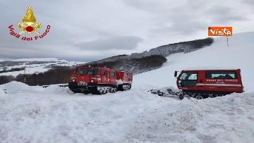 9 - Neve a Castelluccio di Norcia, cingolati dei Vigili del Fuoco soccorrono mandria di 51 cavalli