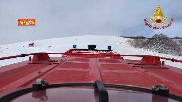 2 - Neve a Castelluccio di Norcia, cingolati dei Vigili del Fuoco soccorrono mandria di 51 cavalli
