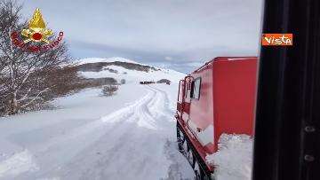 7 - Neve a Castelluccio di Norcia, cingolati dei Vigili del Fuoco soccorrono mandria di 51 cavalli