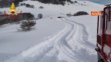 14 - Neve a Castelluccio di Norcia, cingolati dei Vigili del Fuoco soccorrono mandria di 51 cavalli