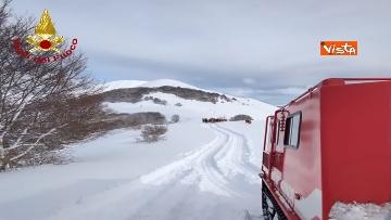13 - Neve a Castelluccio di Norcia, cingolati dei Vigili del Fuoco soccorrono mandria di 51 cavalli