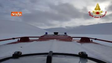 4 - Neve a Castelluccio di Norcia, cingolati dei Vigili del Fuoco soccorrono mandria di 51 cavalli