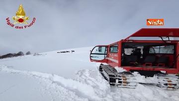 15 - Neve a Castelluccio di Norcia, cingolati dei Vigili del Fuoco soccorrono mandria di 51 cavalli