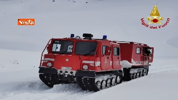 3 - Neve a Castelluccio di Norcia, cingolati dei Vigili del Fuoco soccorrono mandria di 51 cavalli