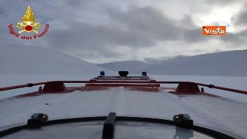 17 - Neve a Castelluccio di Norcia, cingolati dei Vigili del Fuoco soccorrono mandria di 51 cavalli