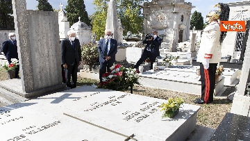6 - Mattarella rende omaggio alla tomba di Cossiga