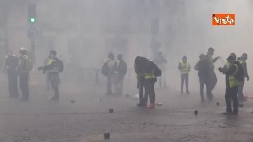 1 - Gilet gialli, scontri con la Polizia sugli Champs-Elysees