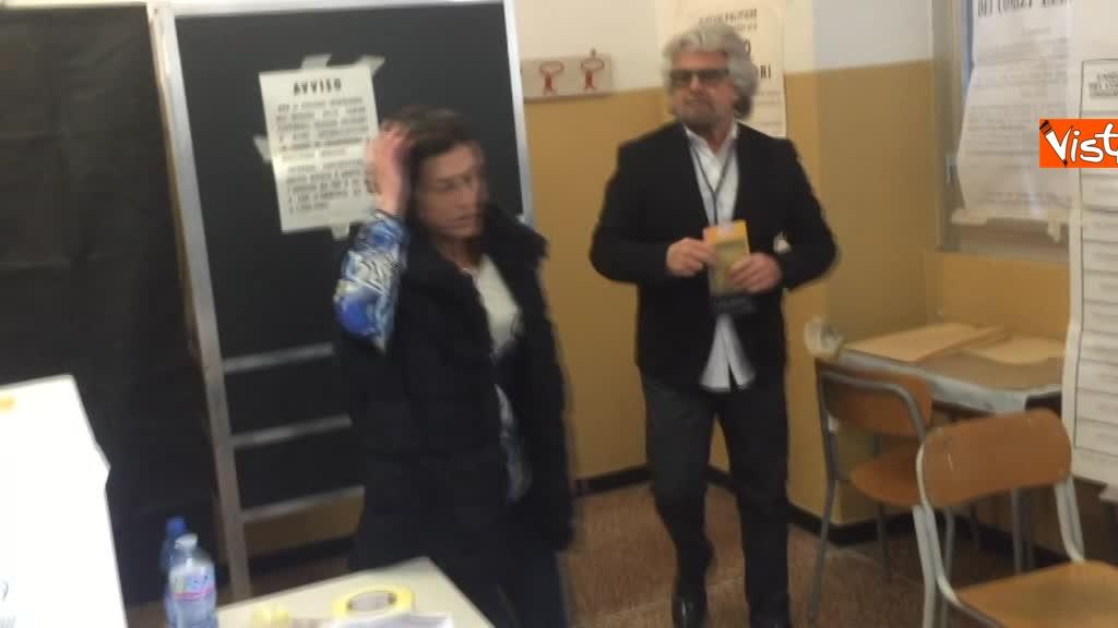 04-03-18 Beppe Grillo al seggio elettorale il momento del voto_04