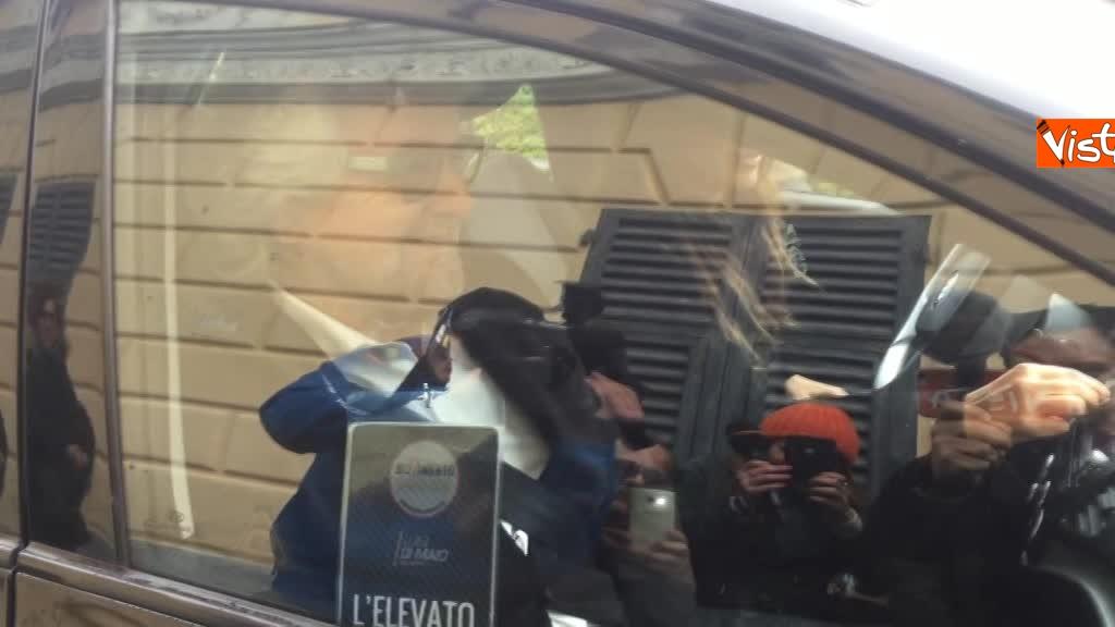 04-03-18 Beppe Grillo al seggio elettorale il momento del voto_09