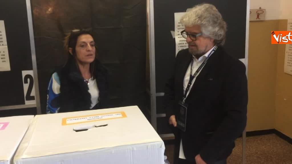 04-03-18 Beppe Grillo al seggio elettorale il momento del voto_07