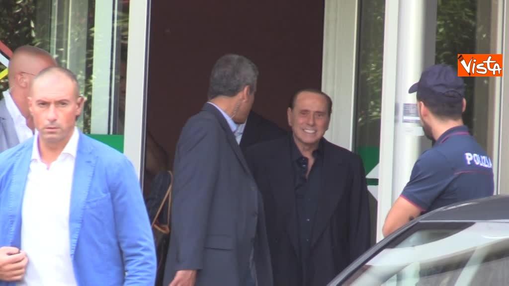 02-08-18 Berlusconi esce dal san raffaele 00_42422973889659119939