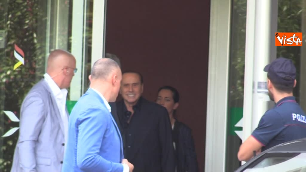 02-08-18 Berlusconi esce dal san raffaele 00_42616191906970306321