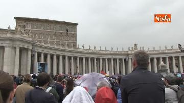 5 - Papa Francesco in piazza San Pietro per il 'Regina Coeli' domenicale