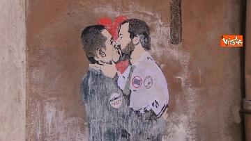 3 - Bacio tra Salvini e Di Maio, il murales a due passi dal Parlamento