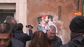 5 - Bacio tra Salvini e Di Maio, il murales a due passi dal Parlamento