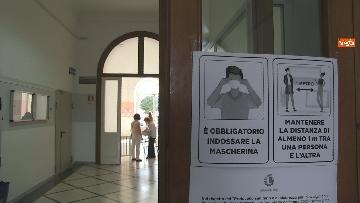7 - Regionali Puglia, i baresi al voto tra mascherine e misure anti Covid. Le foto