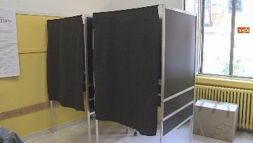 12 - Regionali Puglia, i baresi al voto tra mascherine e misure anti Covid. Le foto