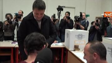 2 - Il segretario del PD Matteo Renzi vota a Firenze