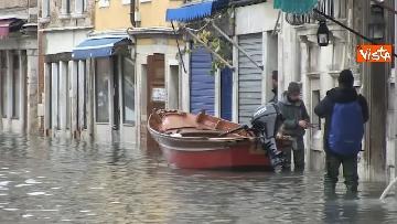 1 - Venezia sotto l'acqua, ecco come continua la vita quotidiana