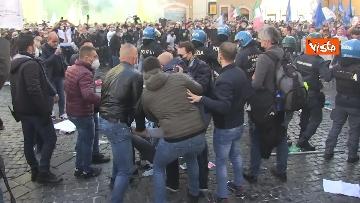 5 - Tafferugli a Piazza Montecitorio, la polizia carica i manifestanti