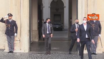 7 - Il presidente del Consiglio Giuseppe Conte risponde alle domande dei giornalisti fuori Chigi, le foto