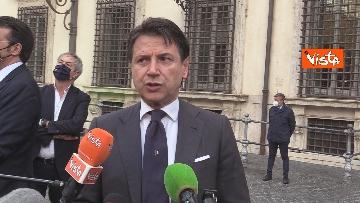 4 - Il presidente del Consiglio Giuseppe Conte risponde alle domande dei giornalisti fuori Chigi, le foto