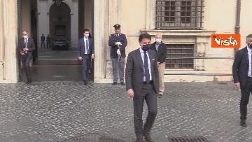 5 - Il presidente del Consiglio Giuseppe Conte risponde alle domande dei giornalisti fuori Chigi, le foto