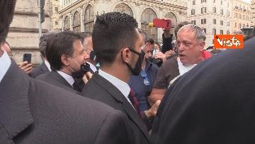 11 - Il presidente del Consiglio Giuseppe Conte risponde alle domande dei giornalisti fuori Chigi, le foto
