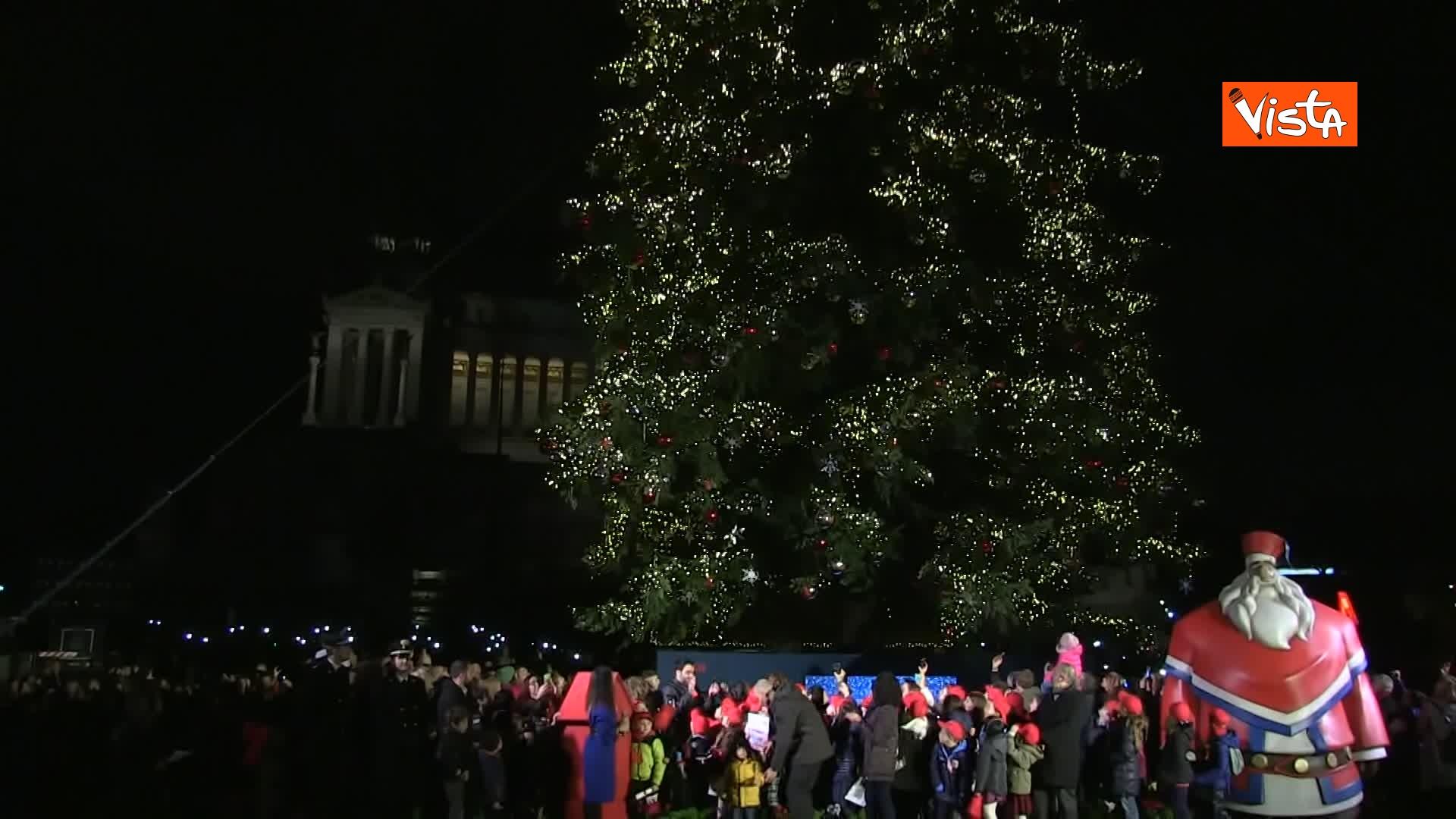 'Spelacchio' l'albero di Natale di Roma, si accende in Piazza Venezia_02