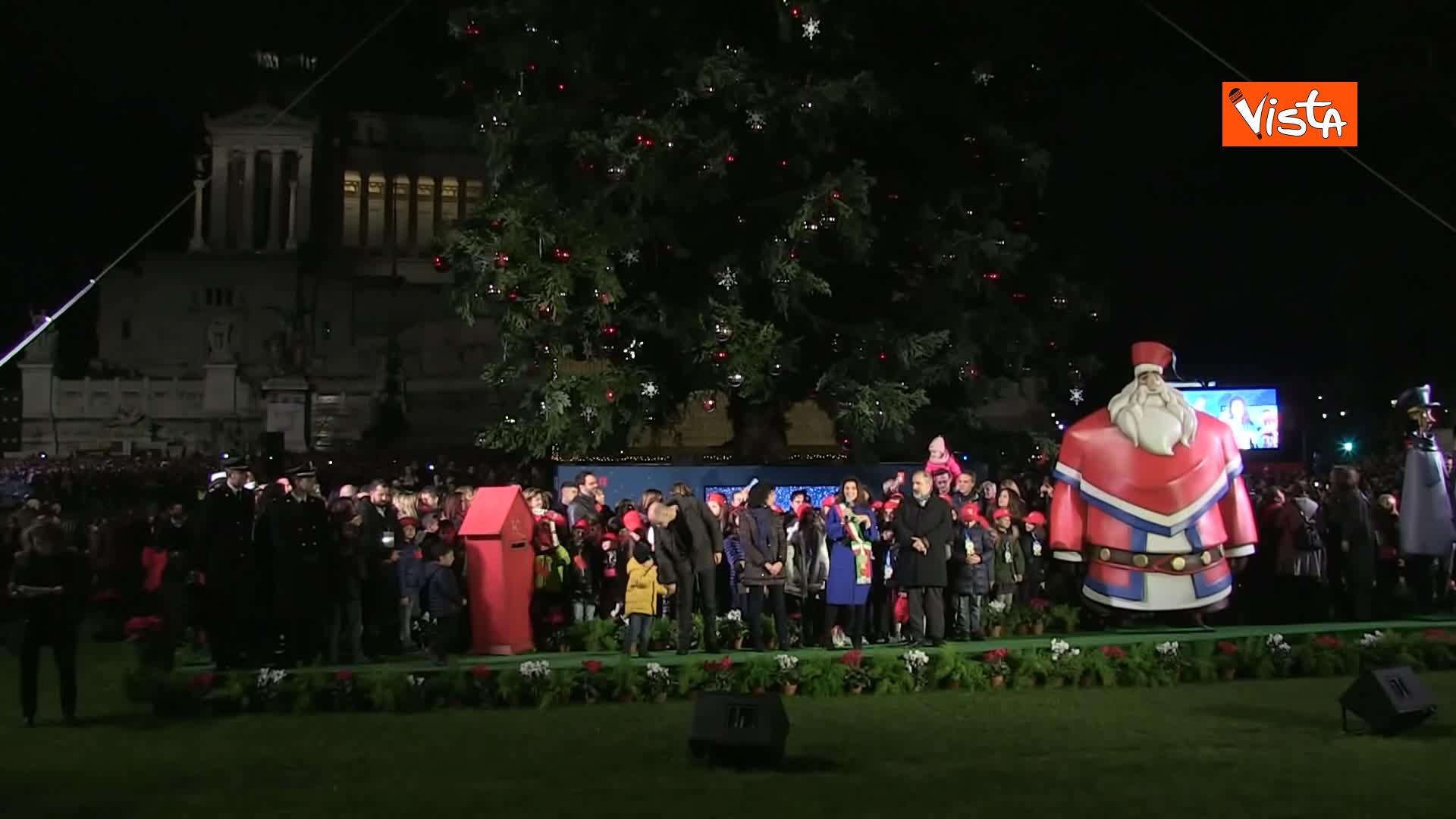 'Spelacchio' l'albero di Natale di Roma, si accende in Piazza Venezia_07