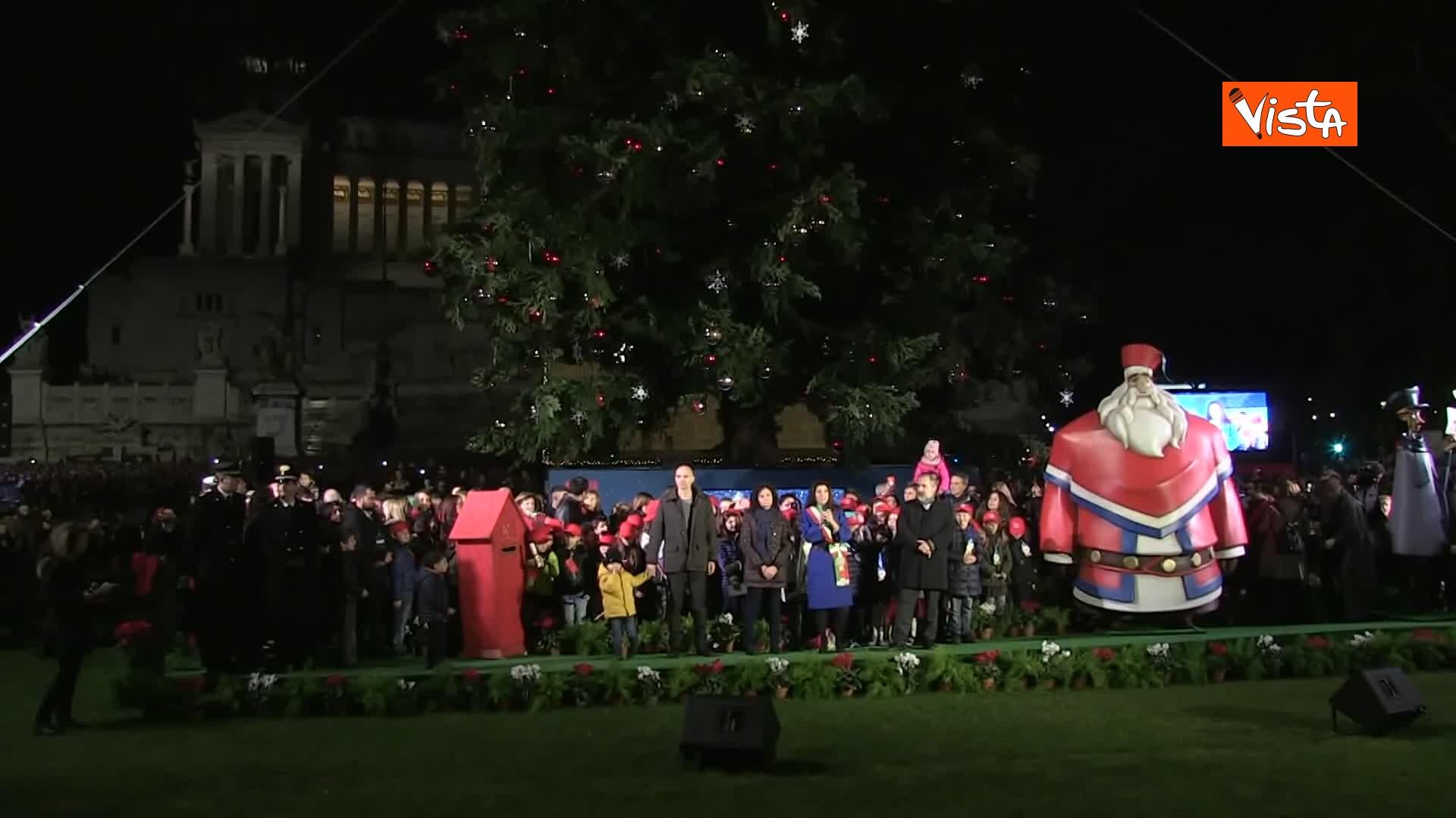 'Spelacchio' l'albero di Natale di Roma, si accende in Piazza Venezia_08