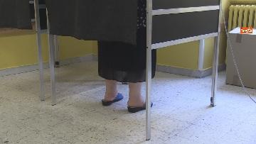 3 - Regionali Puglia, i baresi al voto tra mascherine e misure anti Covid. Le foto