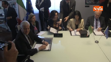 1 - Raggi e Ministro Ambiente Galletti firmano intesa per salvaguardia Riserva Litorale Romano