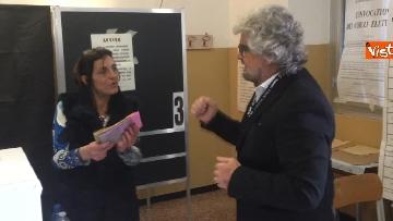 5 - Beppe Grillo al seggio elettorale, il momento del voto