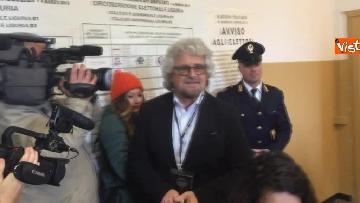 8 - Beppe Grillo al seggio elettorale, il momento del voto